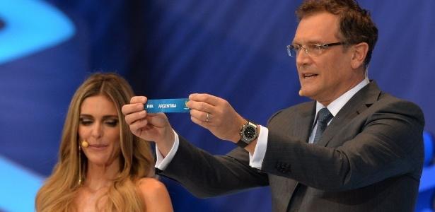 Fernanda Lima observa enquanto Jérôme Valcke mostra o nome da Argentina durante sorteio
