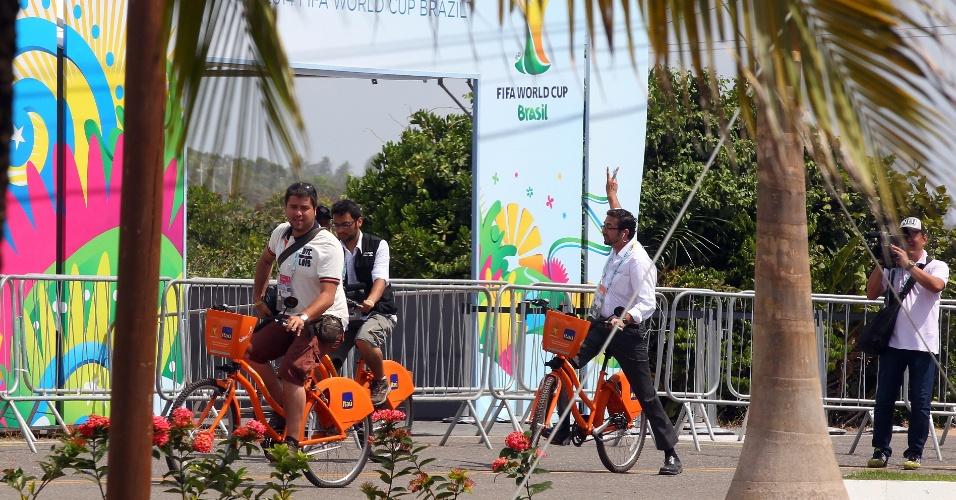 06.dez.2013 - Movimentação em frente à entrada principal do recinto onde haverá a cerimônia de sorteio das chaves da Copa 2014