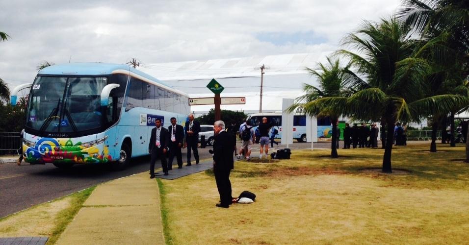 06.dez.2013 - Ônibus personalizados com identidade visual da Copa do Mundo chegam ao local do sorteio dos grupos na Costa do Sauipe