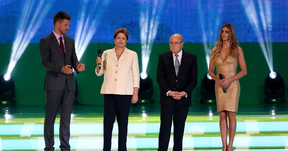 06.dez.2013 - Rodrigo Hilbert, Dilma Rousseff, Joseph Blatter e Fernanda Lima fazem silêncio em homenagem a Nelson Mandela, morto na última quinta-feira