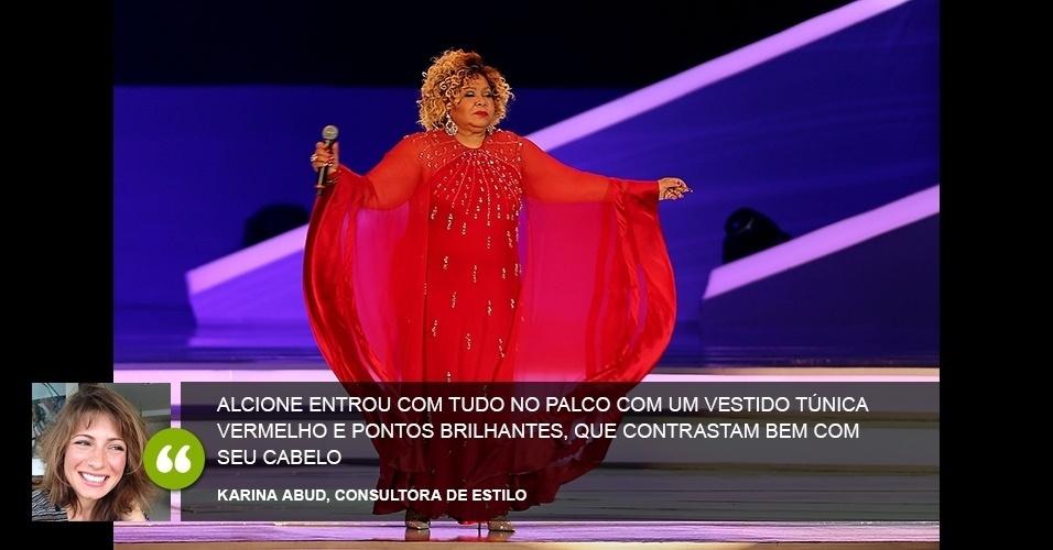 """""""Alcione entrou com tudo no palco com um vestido túnica vermelho e pontos brilhantes, que contrastam bem com seu cabelo"""" - Karina Abud, consultora de estilo"""