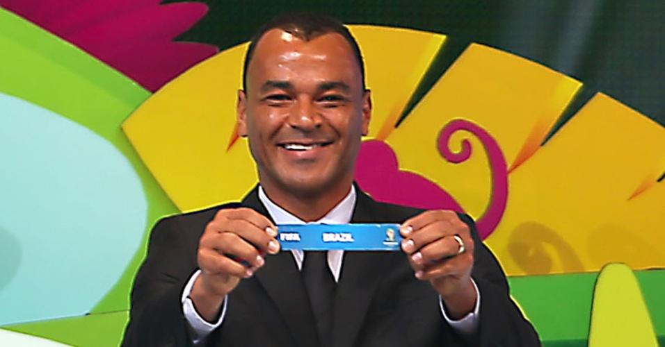 Cafu mostra o nome do Brasil após o início do sorteio dos grupos da Copa do Mundo