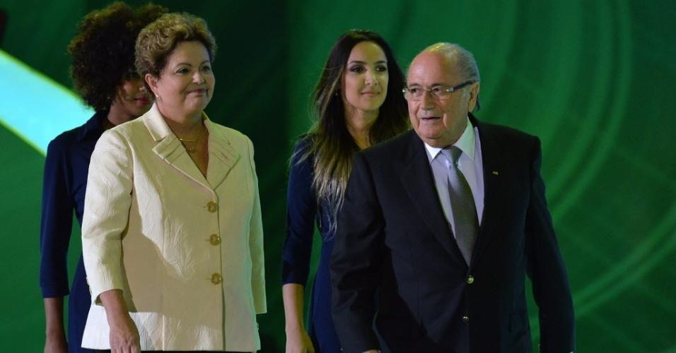Dilma Rousseff, presidente do Brasil, chega ao palco do evento de sorteio dos grupos da Copa ao lado do presidente da Fifa Joseph Blatter