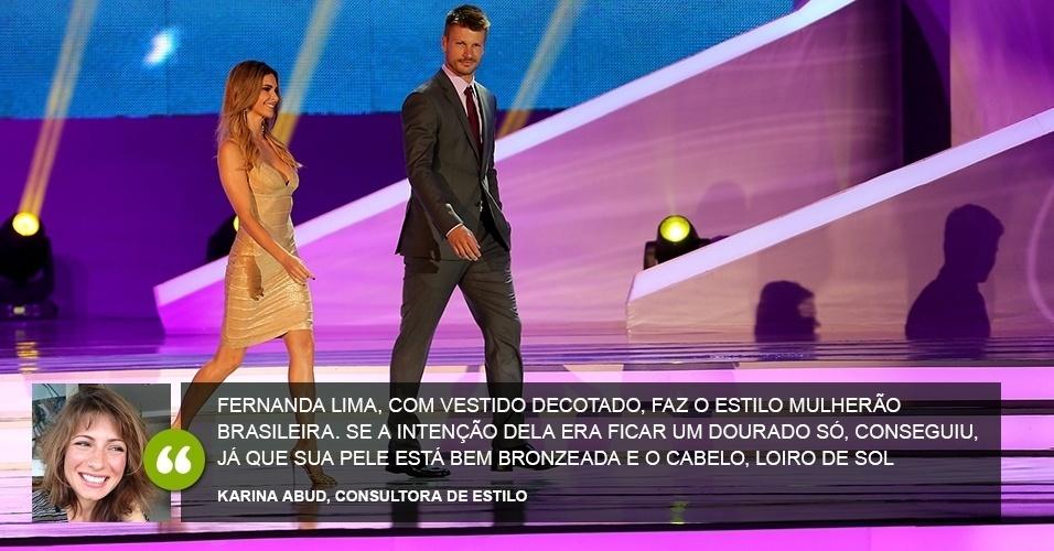 """""""Fernanda Lima, com vestido decotado, faz o estilo mulherão brasileira. Se a intenção dela era ficar um dourado só, ela conseguiu - já que sua pele está bem bronzeada e o cabelo loiro de sol""""  - Karina Abud, consultora de estilo"""