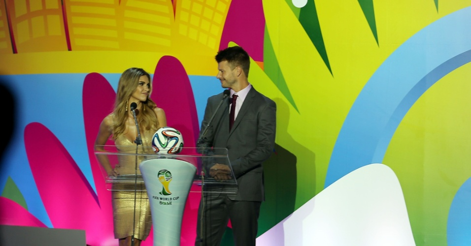Fernanda Lima e Rodrigo Hilbert se preparam para o início da cerimônia do sorteio dos grupos da Copa do Mundo