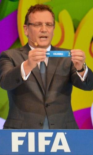 Jérôme Valcke, secretário-geral da Fifa, mostra o nome da Colômbia durante o sorteio dos grupos da Copa