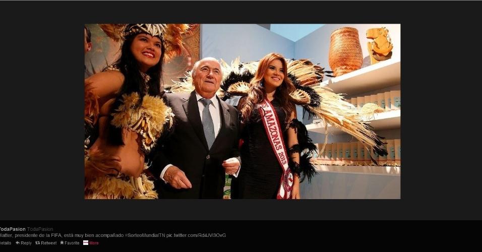 Joseph Blatter, presidente da Fifa, posa para foto com duas garotas antes do evento do sorteio dos grupos da Copa