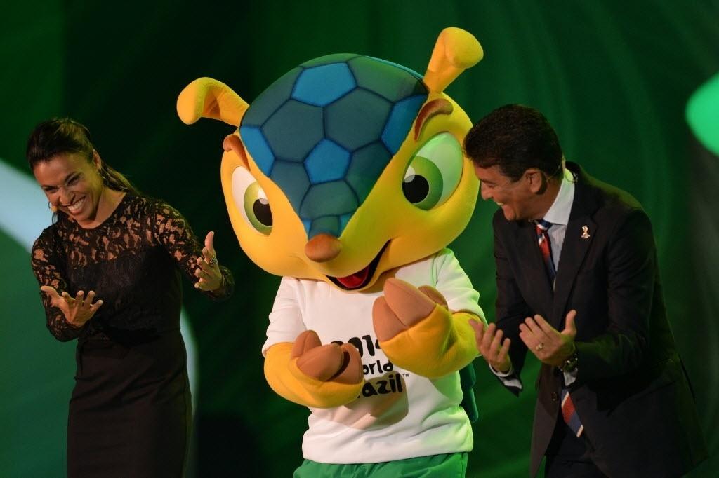 Marta (esq.) e Bebeto (dir.) fazem apresentação ao lado do mascote Fuleco