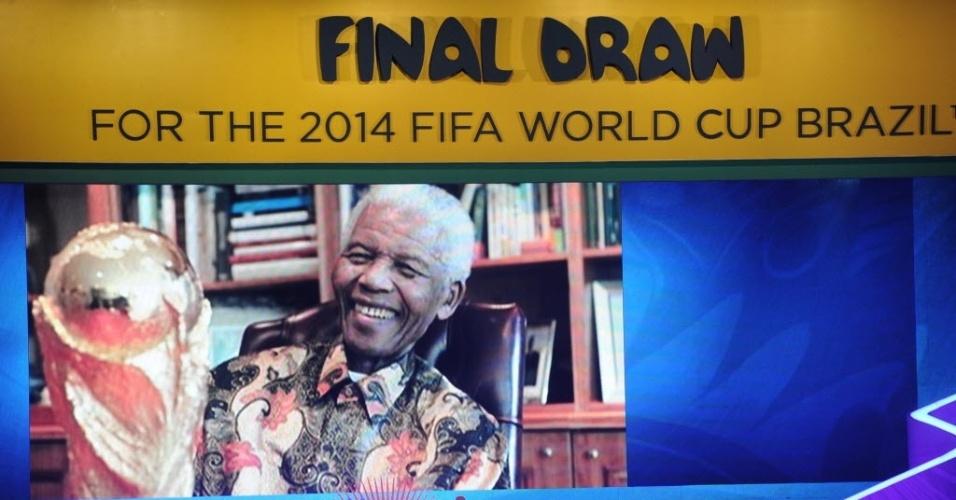 Nelson Mandela, líder sul-africano que morreu nesta quinta-feira e é um dos principais nomes mundiais na luta contra a desigualdade racial, é homenageado durante o evento do sorteio dos grupos da Copa do Mundo