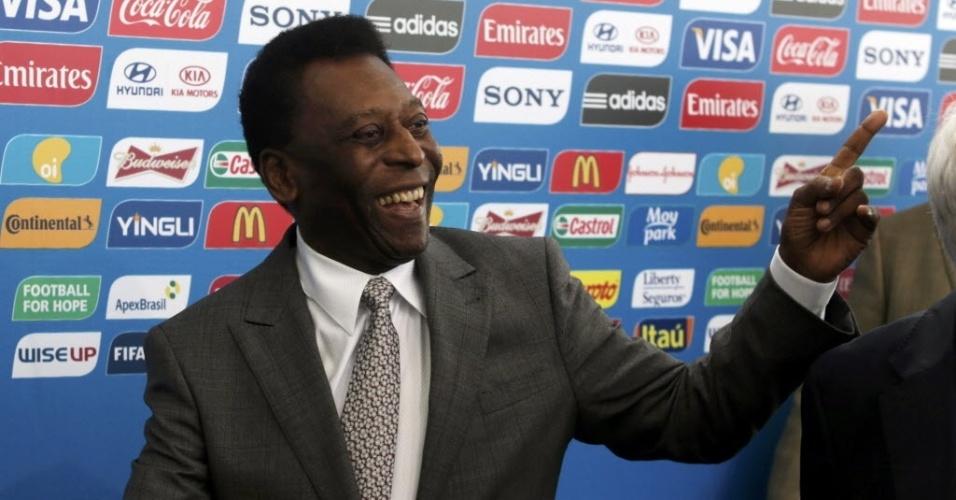 Pelé marca presença no sorteio dos grupos da Copa do Mundo, que acontece na Costa do Sauipe, na Bahia, nesta sexta-feira