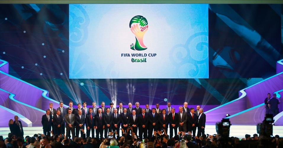 Representantes das seleções da Copa do Mundo se reúnem para uma foto após o sorteio dos grupos do torneio