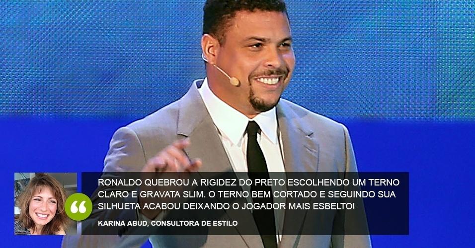 """""""Ronaldo quebrou a rigidez do preto escolhendo um terno claro e gravata slim. O terno bem cortado e seguindo sua silhueta acabou deixando o jogador mais esbelto! """" - Karina Abud, consultora de estilo"""