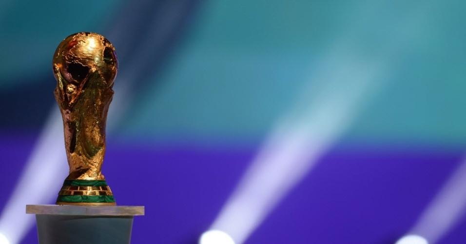 Troféu da Copa do Mundo Fifa é exibida durante cerimônia de sorteio dos grupos