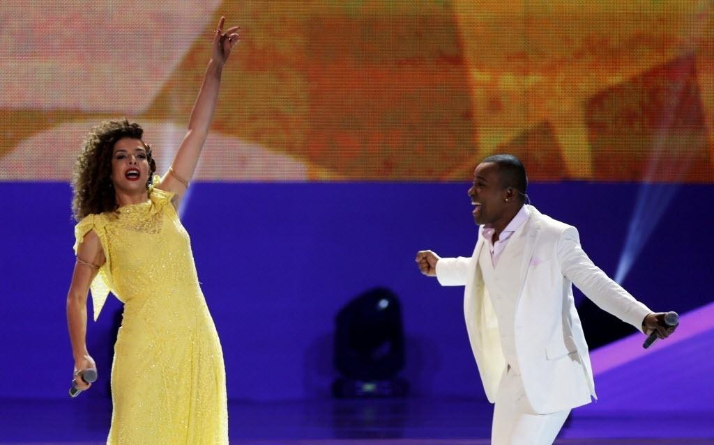 Vanessa de Mata (esq.) e Alexandre Pires cantam durante apresentação na cerimônia do sorteio dos grupos da Copa