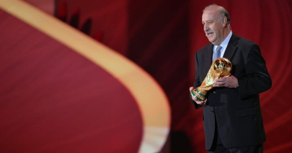 Vicente del Bosque, técnico da Espanha, segura a taça de campeão da Copa do Mundo de 2010; o objeto é 'devolvido' para que fique na posse do próximo país campeão por outros quatro anos