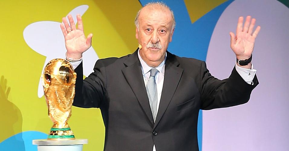 Vicente del Bosque, treinador da Espanha, devolve a taça de campeão da Copa do Mundo de 2010