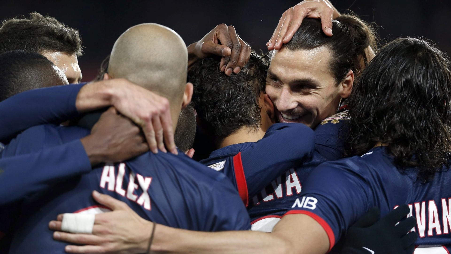07.12.13 - Jogadores do PSG comemoram gol contra o Sochaux