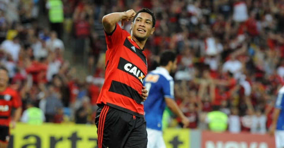 07.dez.2013 - Hernane comemora gol de abertura do placar do Flamengo sobre o Cruzeiro no Maracanã