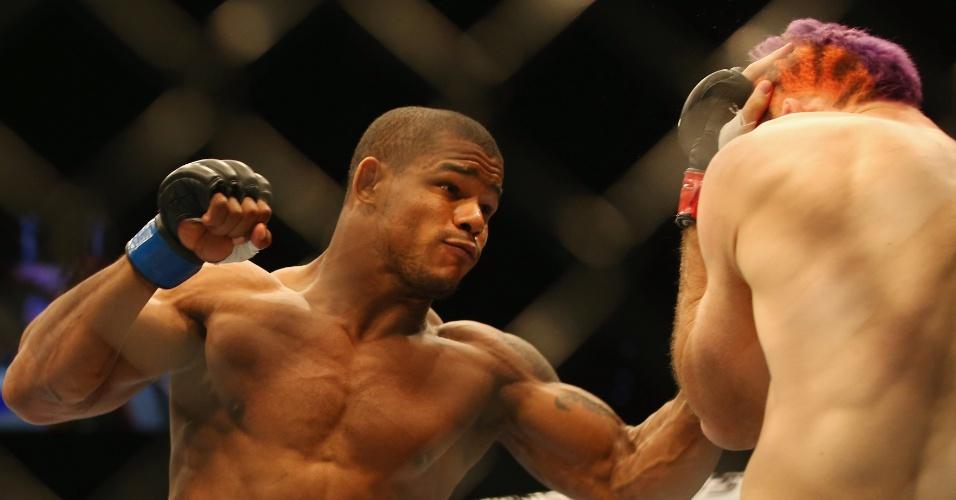 7.dez.2013 -  Alex Garcia soca Ben Wall na luta de abertura do UFC Pezão vs Hunt