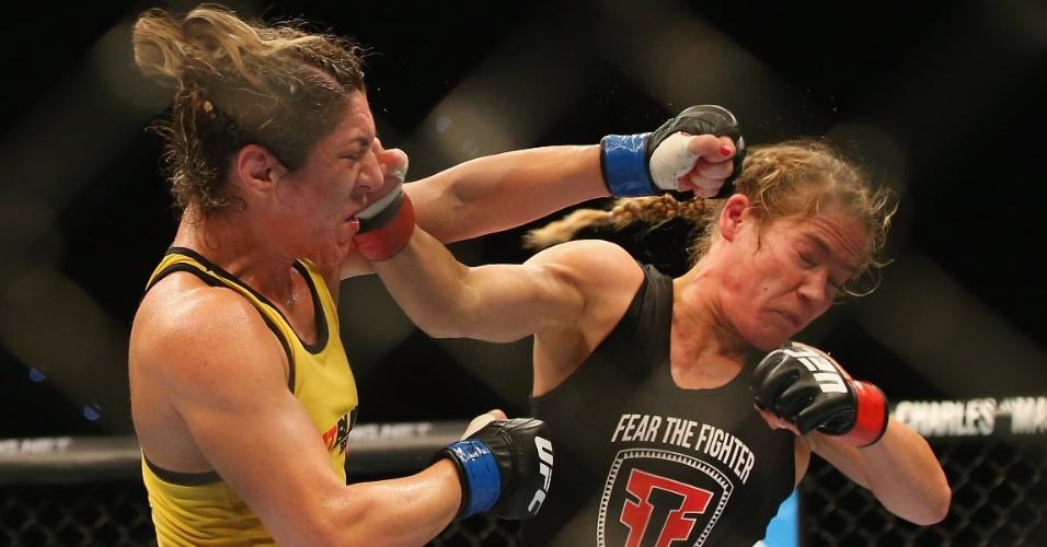 7.dez.2013 - Bethe Correia e Julie Kedzie trocam socos durante o UFC Pezão vs Hunt