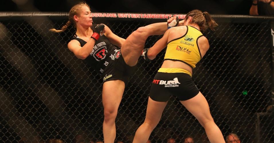 7.dez.2013 - Julie Kedzie chuta alto durante luta contra a brasileira Bethe Correira