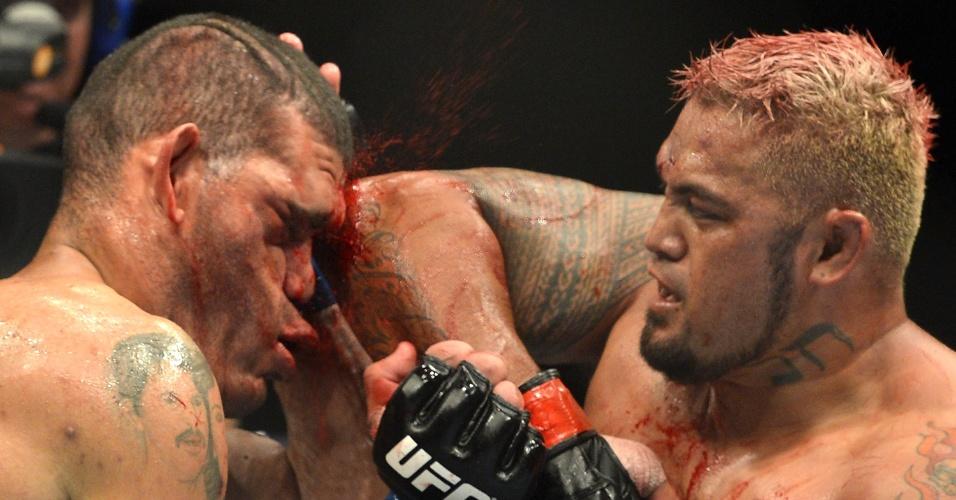 7.dez.2013 - Mark Hunt acerta cotovelada no rosto de Antônio Pezão durante o UFC: Pezão vs Hunt