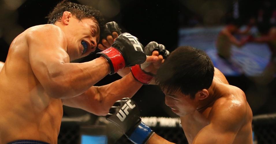 7.dez.2013 - Nam Phan acerta Takeya Mizugaki com um cruzado de direita