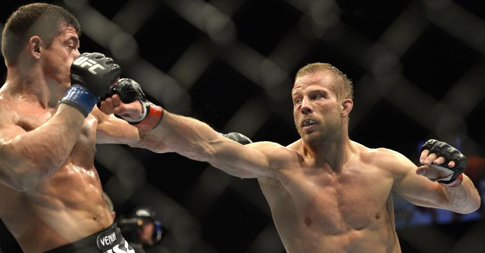 7.dez.2013 - Nick Ring acerta Caio Magalhães com direto durante o UFC Pezão vs Hunt