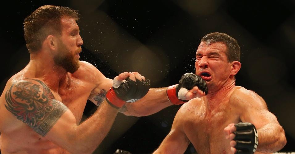 7.dez.2013 - Ryan Bader acerta soco no queixo de Anthony Perosh durante luta pelo UFC Pezão vs Hunt