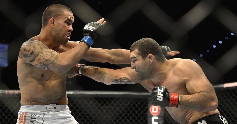 7.dez.2013 - Shogun golpeia Te Huna durante luta pelo UFC Pezão vs Hunt