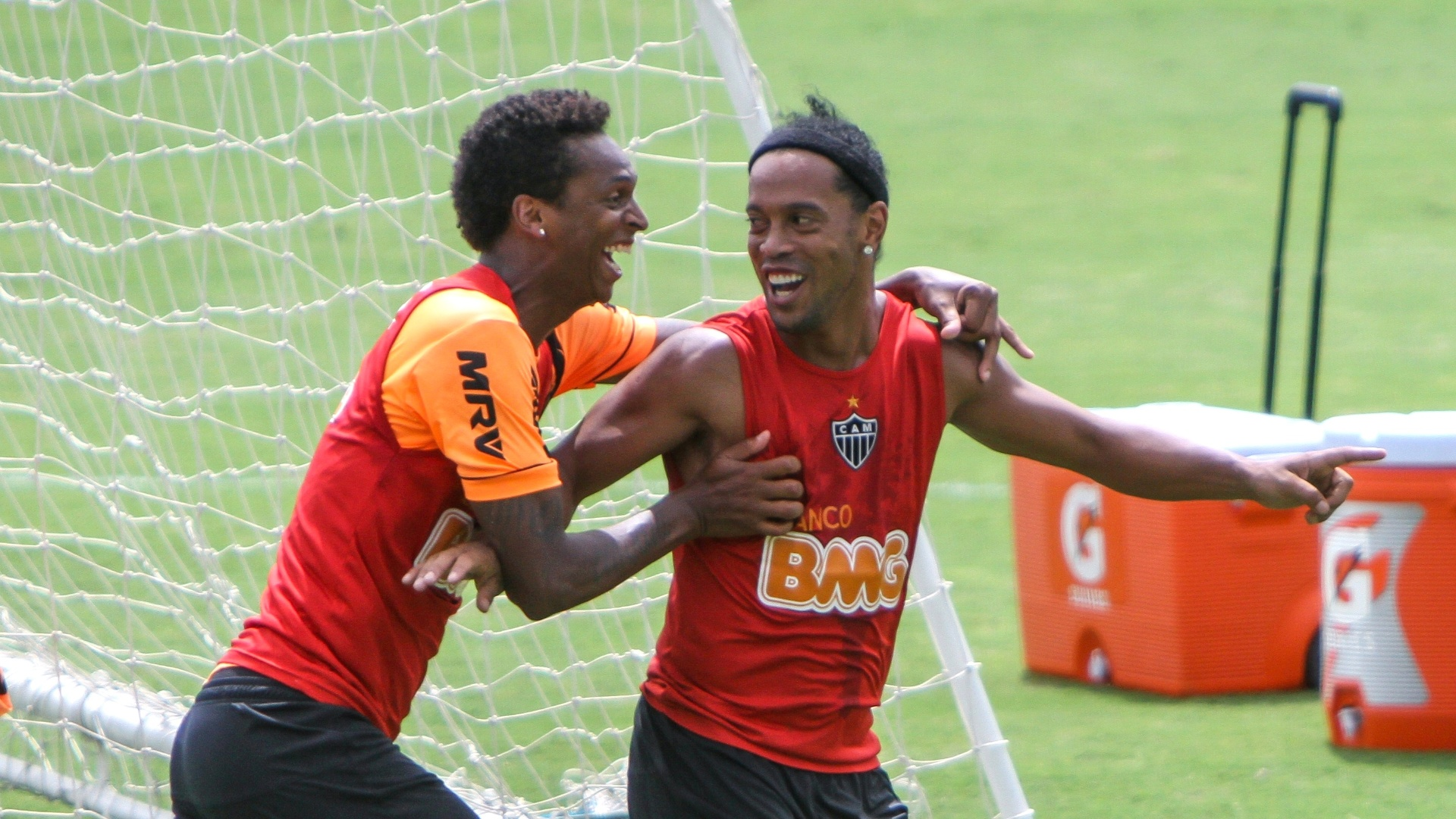Jô e Ronaldinho Gaúcho durante treino descontraído do Atlético-MG, na Cidade do Galo (7/12/2013)