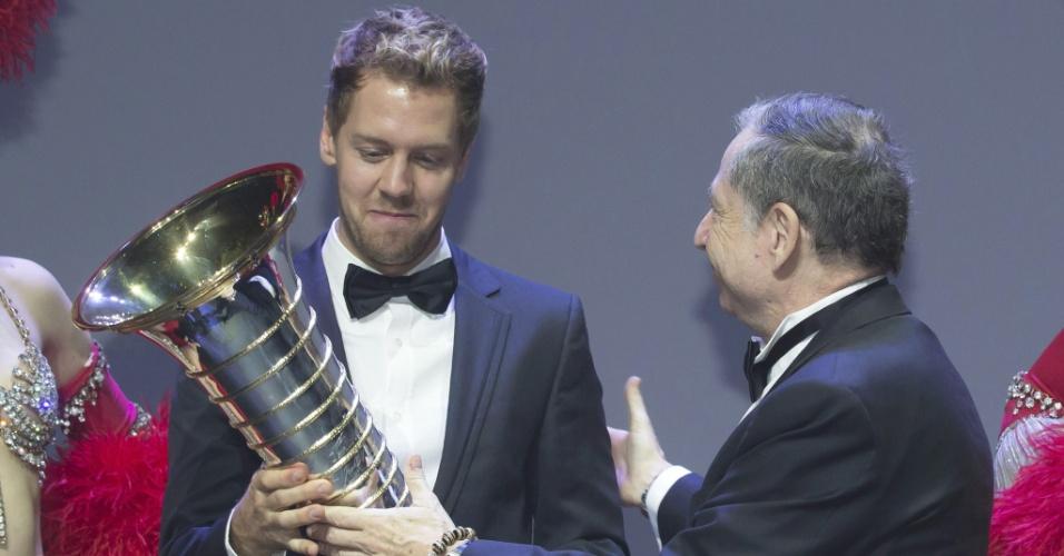 Sebastian Vettel recebe troféu das mãos de Jean Todt, presidente da FIA, em Paris