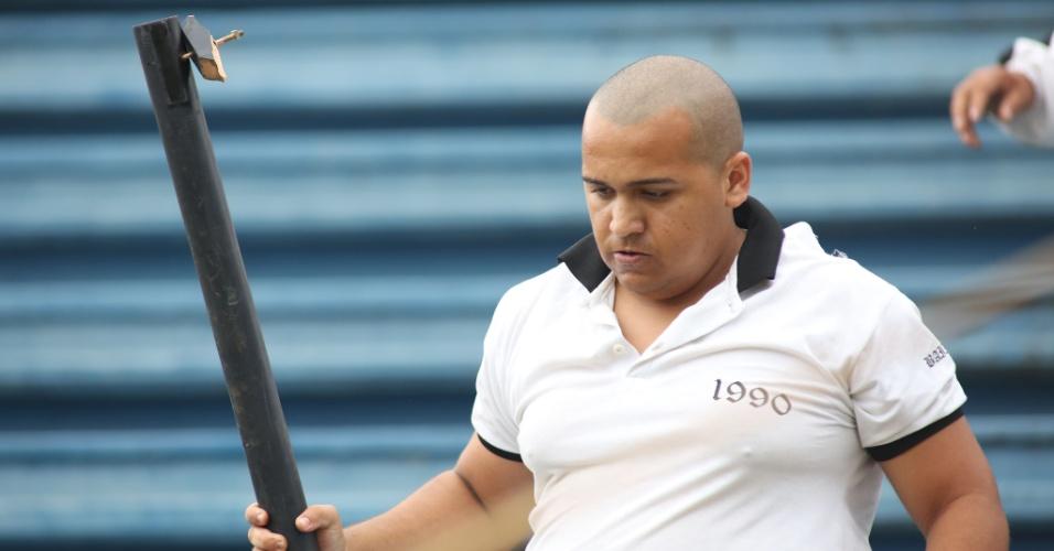 08.12.2013 - Leone Mendes da Silva, de 23 anos, é flagrado com uma barra de ferro com um prego na ponta durante o confronto entre vascaínos e atleticanos. Depois do jogo, ele foi detido pela Polícia Militar.
