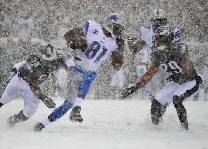 Jogadores de futebol americano encaram a forte nevasca na partida entre Philadelphia Eagles e Detroit Lions pela NFL (08.12.13)