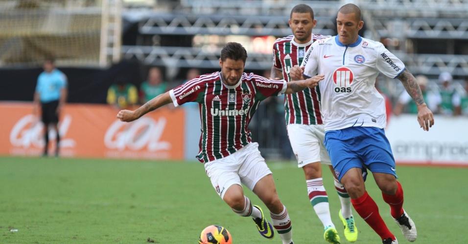 Rafael Sobis controla a bola vigiado em duelo contra o Bahia