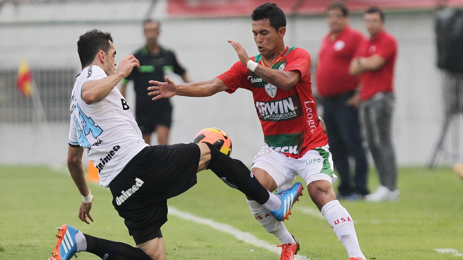 Rhodolfo, do Grêmio, disputa bola com Wanderson, da Portuguesa, em duelo no Canindé
