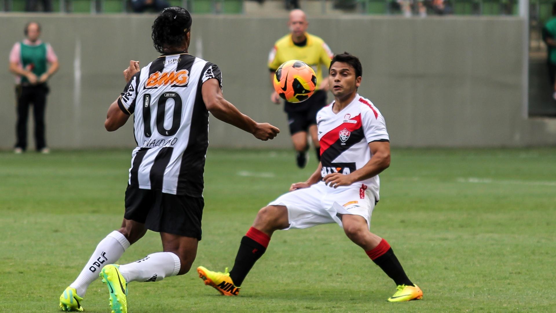 Ronaldinho Gaúcho e Maxi Biancucchi em duelo entre Atlético-MG x Vitória
