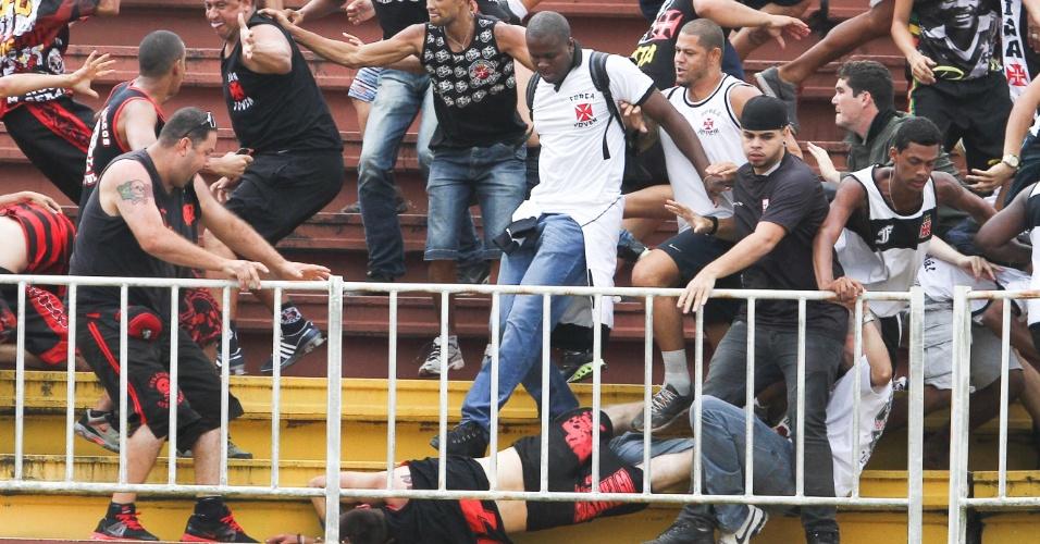 Torcedores de Vasco e Atlético-PR brigam durante partida entre os dois  times em Joinville 4895309ba9791