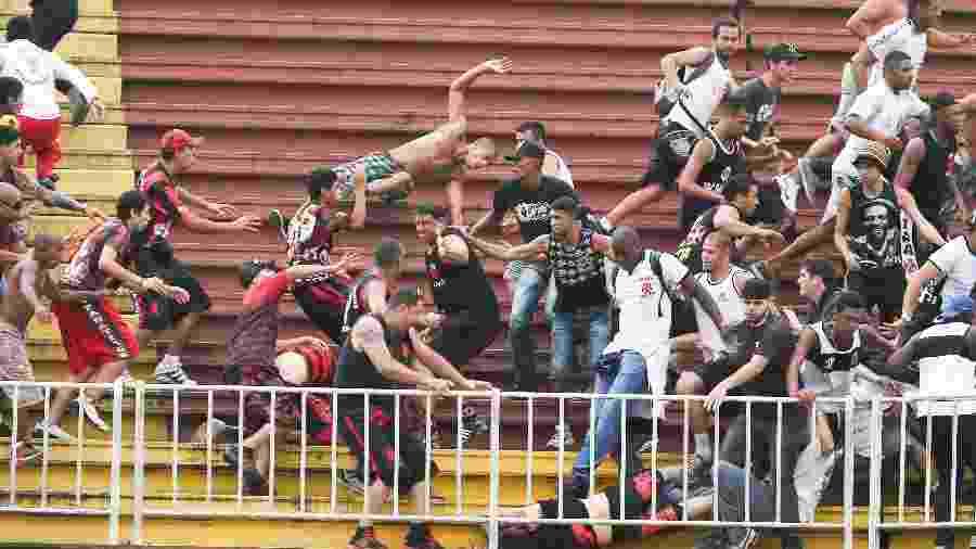 Torcedores de Vasco e Athletico-PR se enfrentaram e protagonizaram cenas fortes de violências em jogo do Brasileiro 2013 - Geraldo Bubniak / Fotoarena