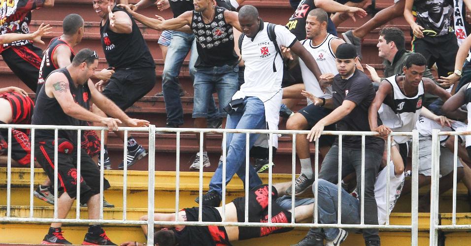 Torcedores de Vasco e Atlético-PR brigam durante partida entre os dois times em Joinville, pelo Campeonato Brasileiro