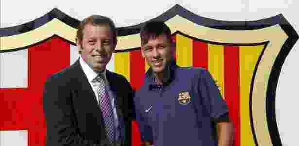 Presidente do Barcelona, Sandro Rosell, saúda Neymar na chegada do craque ao time catalão - ALBERT GEA / REUTERS