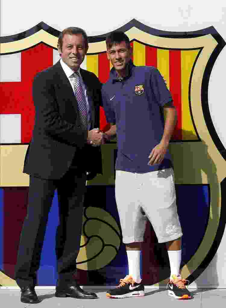 Presidente do Barcelona, Sandro Rosell, saúda Neymar na chegada do craque ao time catalão - ALBERT GEA / REUTERS