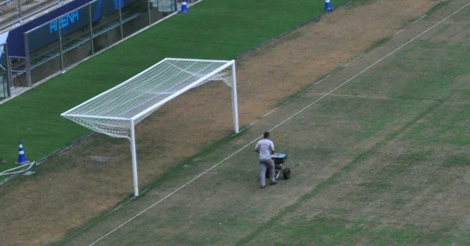 10 dez 2013 - Funcionário trata do gramado da Arena do Grêmio