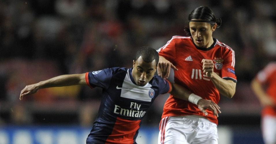 10.dez.2013 - Lucas protege a bola de Ljubomir Fejsa em duelo entre Benfica e PSG pela Liga dos Campeões