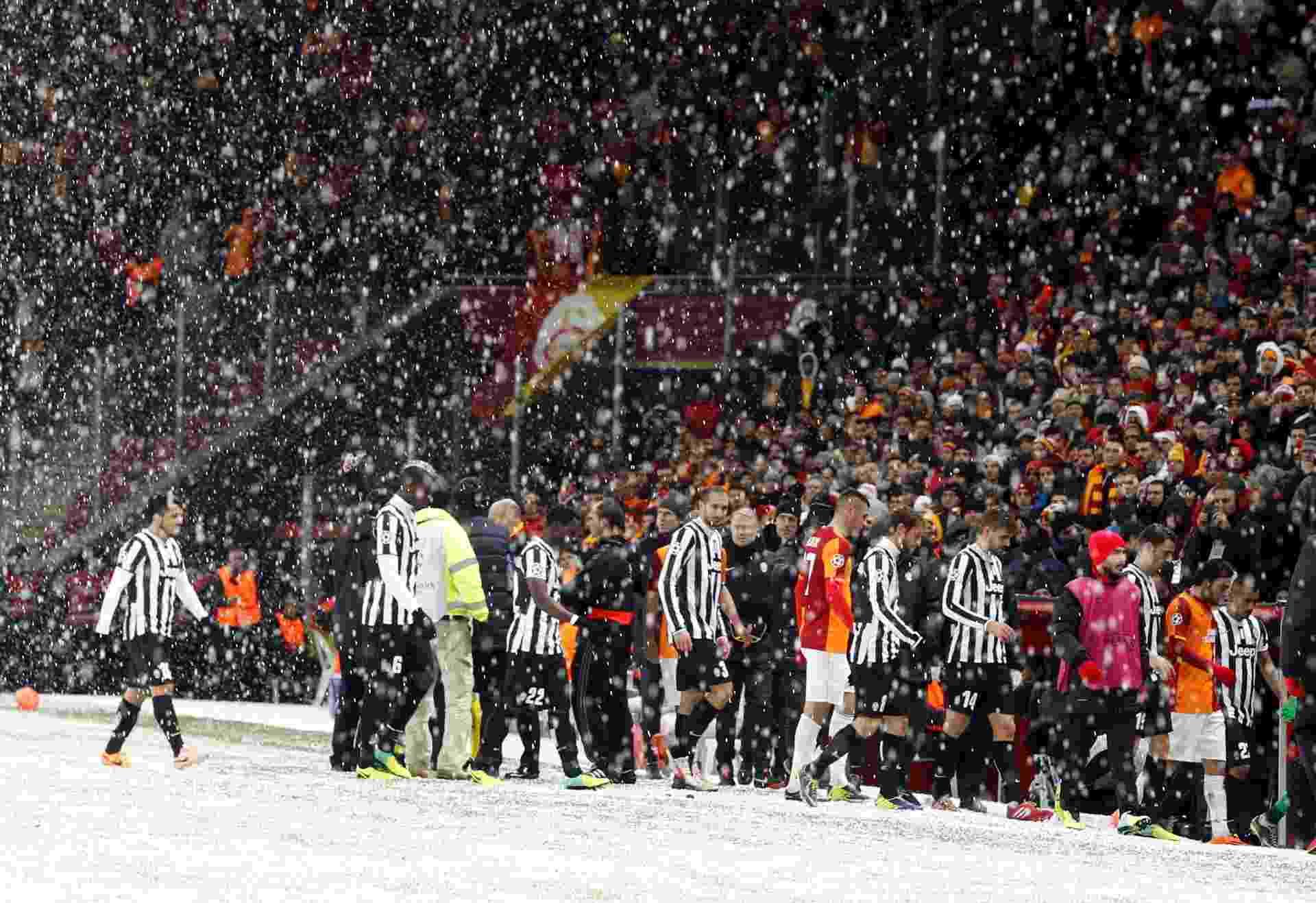 10.dez.2013 - Neve toma conta do gramado durante a partida entre Galatasaray e Juventus em Istambul. A partida foi adiada. - REUTERS/Osman Orsal