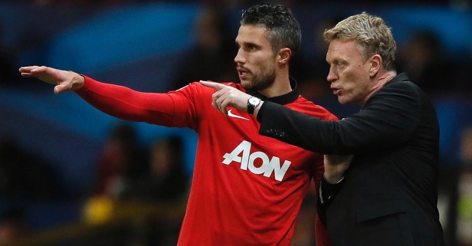 10.dez.2013 - Técnico do Manchester United, David Moyes orienta Robin Van Persie na partida contra o Shakhtar Donetsk pela Liga dos Campeões