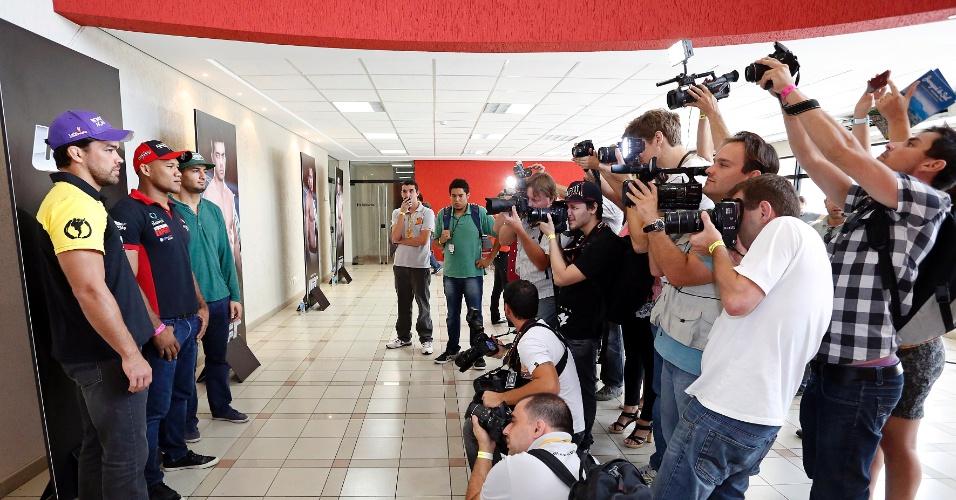 Lyoto Machida, Gegard Mousasi e Ronaldo Jacaré posam para jornalistas para promover o UFC Jaraguá 2