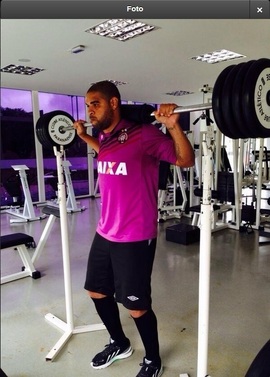 11.dez.2013 - Adriano posta foto em que pega pesado na musculação
