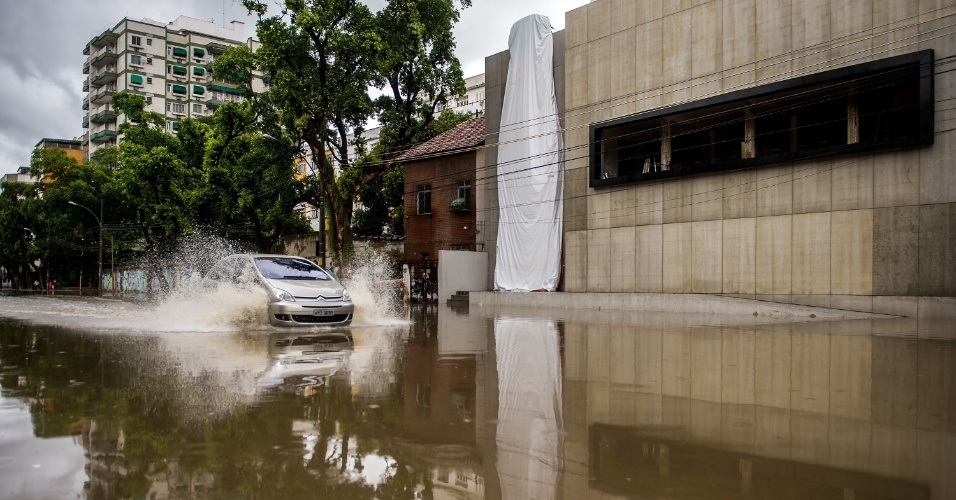 11.Dez.2013 - Chuva no Rio alaga entorno do estádio do Maracanã