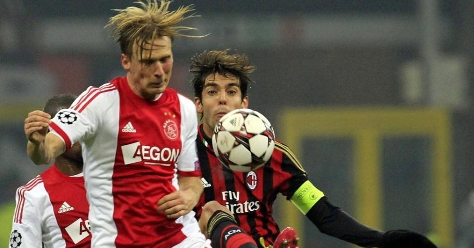 11.dez.2013 - Kaká disputa a bola com Poulsen durante partida entre Milan e Ajax, pela Liga dos Campeões